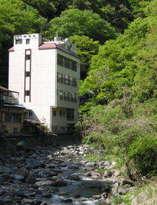 *【外観】下部川沿いにあり、川側確約のお部屋あり◆ペットOK◆部屋食OK◆一人旅歓迎!