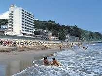 目の前は砂浜です。夏のビーチはにぎわいます。