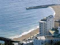海沿いに立つ当館