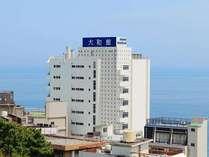 伊豆熱川駅近辺から当館が見えます。