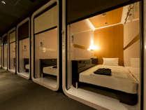 【ビジネスクラスキャビン】2.5平米と十分広々!廊下へはスクリーンカーテンで仕切れます!