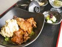 チキン南蛮:チキン南蛮定食はボリュームたっぷり人気ナンバーワン!とってもご飯が進みます。