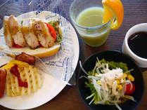 ご朝食(洋食):メニューの一例。チキンサンドにポテトや小鉢付。仕入れ等により内容は若干異なります。