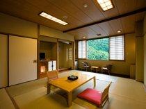 落ち着いた雰囲気の和室。全室川を見下ろせます。