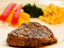 フルコース満喫プランの肉料理は 柔らかで脂身のない牛フィレ肉ステーキをお出ししております。