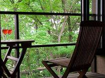 【客室一例】ウッドデッキで森林浴。野生のリスに出会えることもあります♪