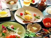 季節の和洋折衷信濃町産とうもろこしのスープと地場野菜を使用したメニューです。