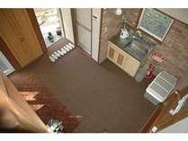 2階ロフトより流しを見下ろす。ない部屋もあります。清掃は1日換気。オゾン消毒後清掃アルコール仕上げ。