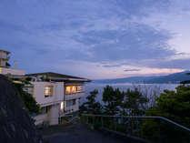 *【外観】伊豆半島に夕日が沈む光景は、まさに絶景です。