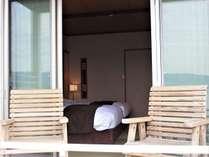 碧い海 和室10畳ツインベッド バルコニーからお部屋