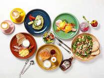 エッグベネディクト、季節のフルーツパンケーキ、フレンチトーストなど6種から選べる朝食