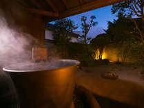 【露天風呂】厳選湯元ならではの温泉は湯けむりに包まれる極上空間