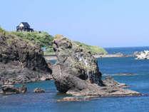 *【外観/グリーン期】岬に立つ宿。全室から日本海が望めます。