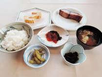 *【朝食全体例】朝からご飯がススむメニューが食卓を彩ります。