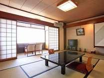 広々とした窓から、太平洋一望の明るい客室