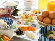 朝食は手作りの日替わりメニューの和定食♪~養鶏場から直送の新鮮たまごを使用。お好みに調理いたします~