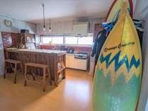 自炊可能な共用キッチン。調理器具・食器類揃っています