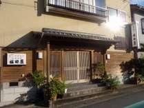 竹野駅から竹野浜までの大通りに面します
