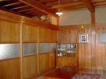 食堂(木と土壁がぬくもりのある落ち着いた空間を演出)