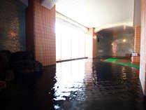 黒く見える色の源泉が特徴☆湯舟の中ではトロトロ触感、出たらサラサラ触感