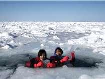 【流氷ウォーク】ドライスーツ着用だから、流氷の海に入っても寒くない♪