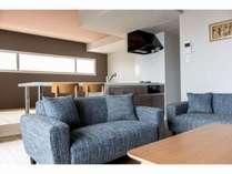 オープンキッチンを囲みリビングへと続く開放的な空間