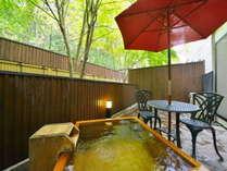 温泉の隣にはイスとテーブルもあり、温泉を満喫していただけます。