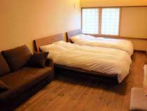 シックな雰囲気の主寝室(2ベッド、ソファはエクストラベッドになります)