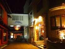 温泉街の真ん中にひときわ明るいホテルが現れます。