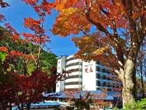 秋の奥飛騨。当館も紅葉に包まれます。