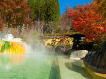 秋~紅葉の赤とうぐいすの湯のエメラルド色