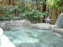 露天風呂も、源泉100%掛け流し。夜11までは貸切で利用できます。