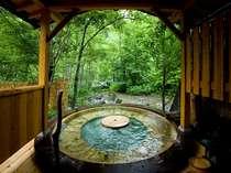 森に囲まれ平湯川の中にいるかのような露天風呂「森の湯」