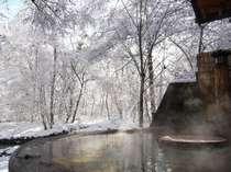 渓流を望む絶景 森の湯「釜湯」の雪景色
