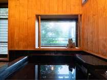 1階お風呂。森を眺めながら入浴していただけます