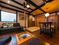 1階囲炉裏のある部屋にはソファーやクッションを配し寛ぎの空間になっております