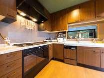 ・【2階】オーブンレンジに電気鍋など調理器具が充実したシステムキッチン