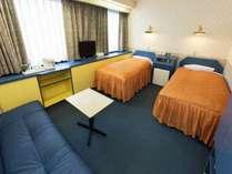 鮮やかな配色が魅力的なツインルーム。ソファベッドがあるので3名でも泊まれます