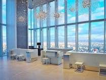 19階フロントエリアからは大阪市北エリアのビル群が見え、開放的な空間になっております。