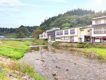*全室清流小国川に面した、赤倉温泉郷に佇む宿。源泉100%天然温泉と創作料理が愉しめる。