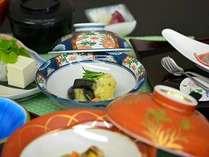 お造り、鱧柚子鍋、長州どり変り揚げと茄子揚出汁。これが湯田のスタンダード「湯田のひととき」