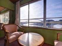 *和室10畳(客室一例)/窓辺に腰かけながら、玄界灘を行き交う船を眺める。