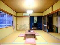 和室16畳は2軒続きの広々としたお部屋は団体様や大人数のご家族にに人気。