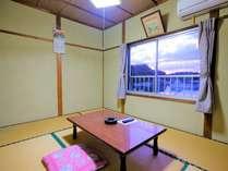 入江を望む和室6畳の部屋です。空と夕闇のグラデーションが綺麗ですよ。