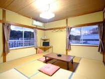 入江を望む和室8畳。窓からは志摩半島らしい入江の風景をご覧いただけます。