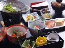 【朝食 和食膳】地元のお漬物や自家製米を使っています