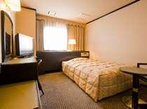 ラージルーム「ベッド幅は140cm、角部屋なので比較的静かです」