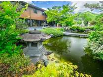 宿前には散策もできる広い日本庭園があります