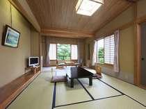 和室(10畳)5名様までお泊りいただける客室。窓の外も大自然です☆