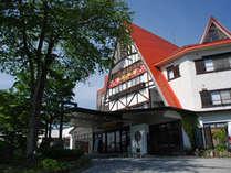 赤い三角屋根が目印の黒部観光ホテルです